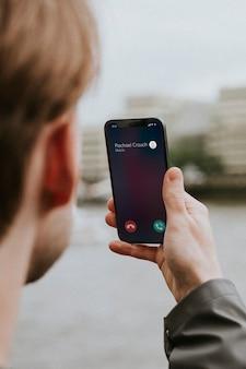 Mann bei einem videoanruf
