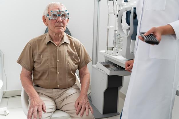 Mann bei einer augenuntersuchung in einer augenklinik