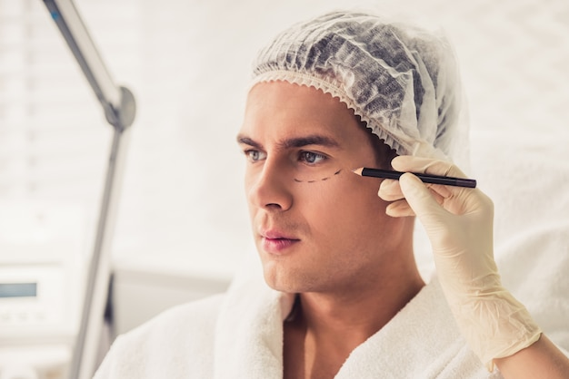Mann bei kosmetikerin
