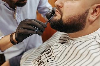 Mann beim Friseurladen.