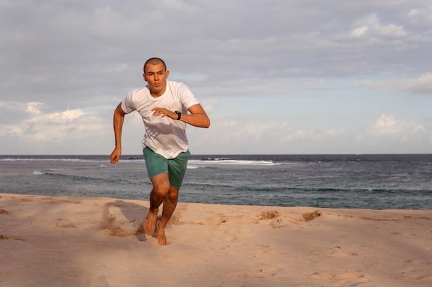Mann beim sport am strand. bali