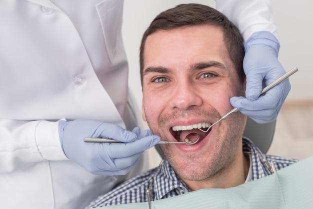 Mann beim zahnarzt