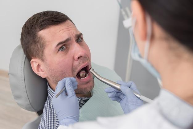 mann beim zahnarzt  kostenlose foto