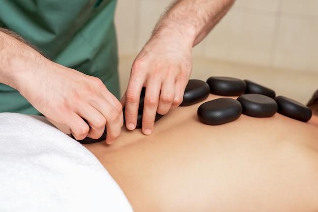 Mann bekommt eine hot stone massage.