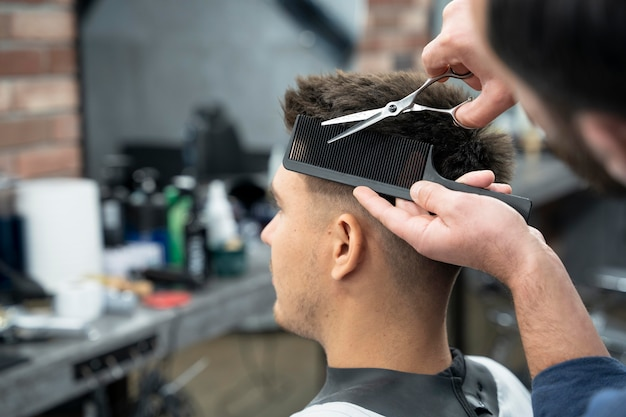 Mann bekommt einen haarschnitt aus nächster nähe
