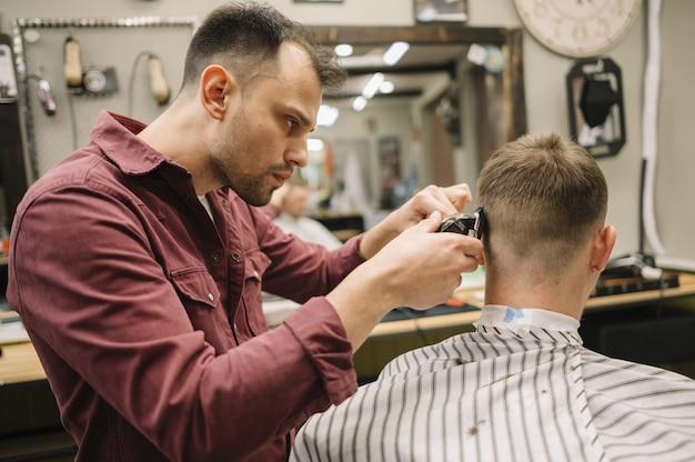 Mann bekommt einen haarschnitt in einem friseurladen