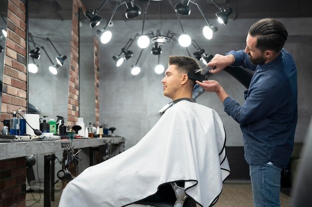 Mann bekommt einen haarschnitt mittlerer schuss