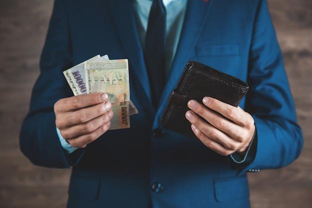 Mann bekommt geld aus der brieftasche