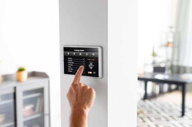 Mann benutzt ein tablet in seinem smart home