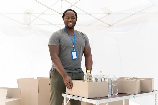 Mann bereitet eine tafel für arme leute vor