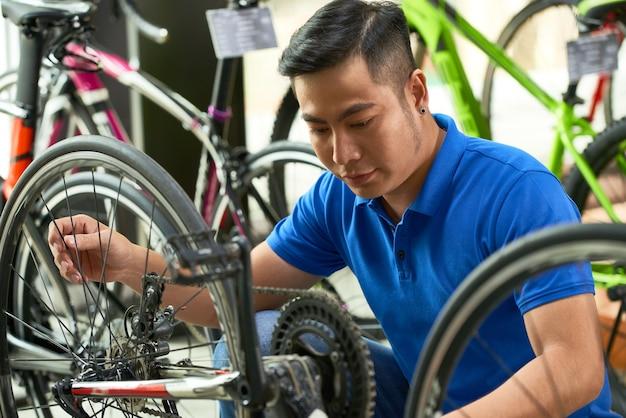 Mann bereitet fahrrad für den verkauf vor