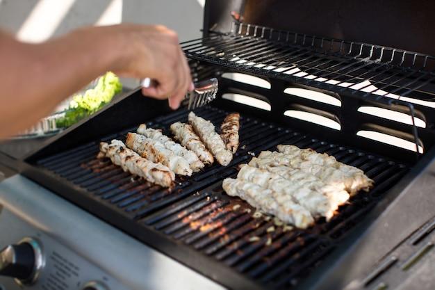 Mann bereitet grill im freien vor