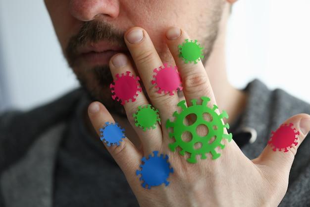 Mann berührt seine augen mit mikroben coronavirus