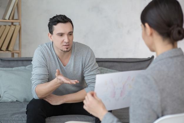 Mann besucht psychologen bedeutet gesundheitsstress