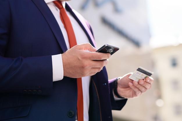 Mann bezahlt für einen kauf mit einer kreditkarte über das telefon