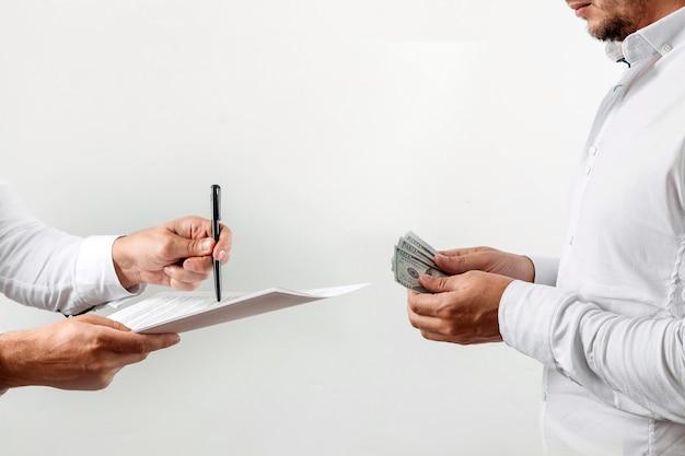 Mann bietet an, einen vertrag für ein bestechungsgeld zu unterzeichnen