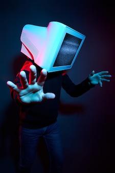 Mann cyberpunk mit einem monitor anstelle eines kopfes, computersucht und zombie-tv. zombifizierung, fernsehen auf dem kopf. der einfluss des fernsehens auf das gehirn, virtuelle realität