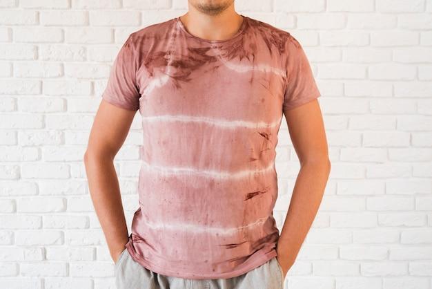 Mann, der abstraktes natürliches pigmentiertes t-shirt trägt