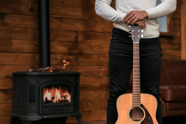 Mann, der akustikgitarre hält