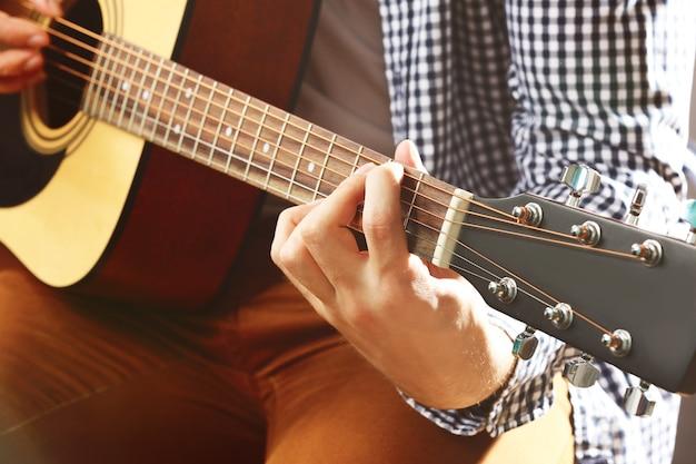 Mann, der akustische gitarre spielt