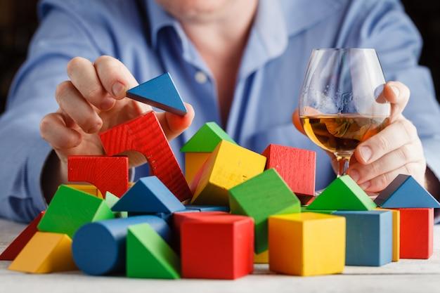 Mann, der alkohol missbraucht, der traurig und einsam fühlt