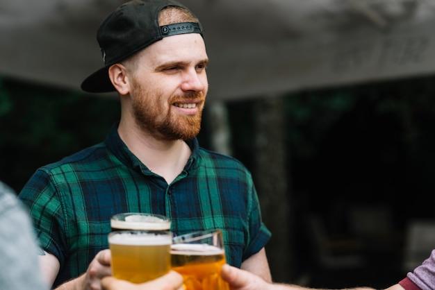 Mann, der alkoholisches getränk mit seinen freunden genießt