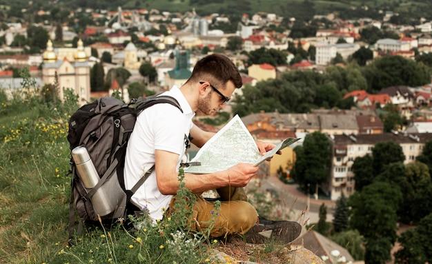Mann, der allein beratend karte reist