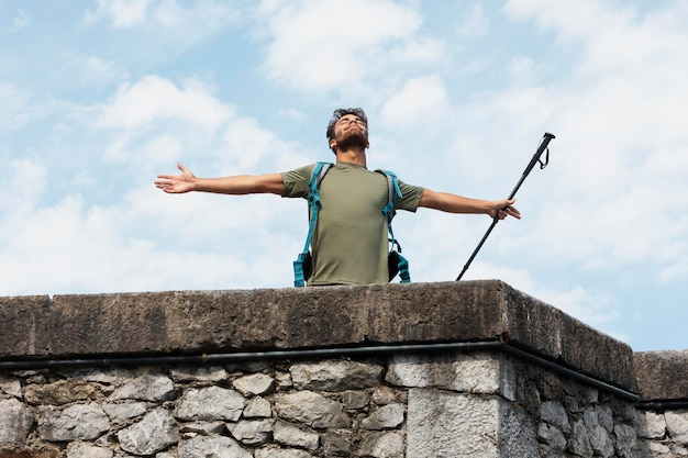 Mann, der allein in mutriku reist, während er seine wichtigsten sachen im rucksack hat