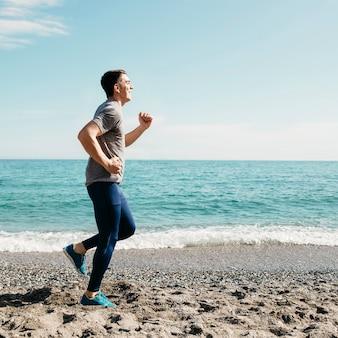 Mann, der am strand läuft
