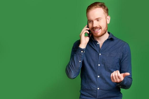 Mann, der am telefon spricht