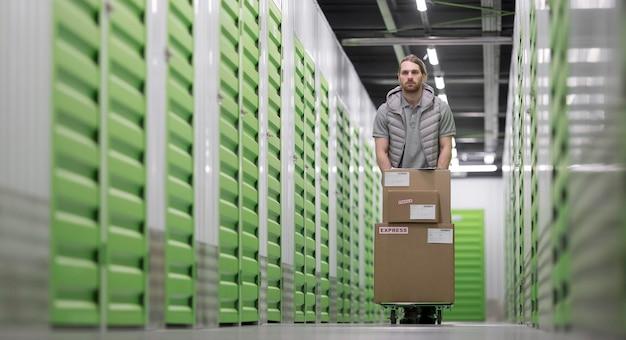 Mann, der am vollen schuss des logistikzentrums arbeitet