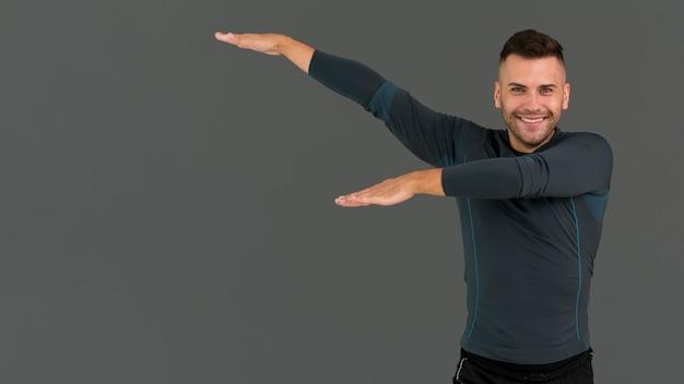 Mann, der am zumba-kurs mit kopienraum teilnimmt
