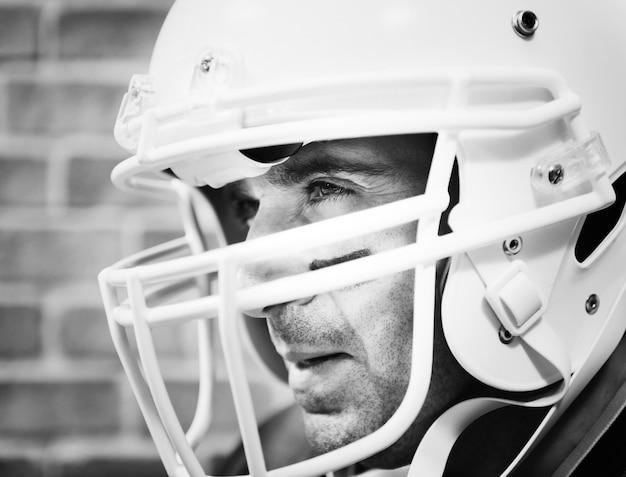 Mann, der amerianischer football-helm trägt