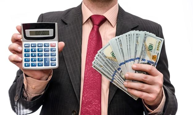 Mann, der amerikanische dollarbanknoten und taschenrechner hält