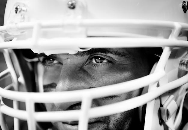 Mann, der amerikanischen football-helm trägt