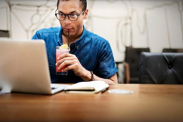 Mann, der an einem laptop an einem restaurant arbeitet