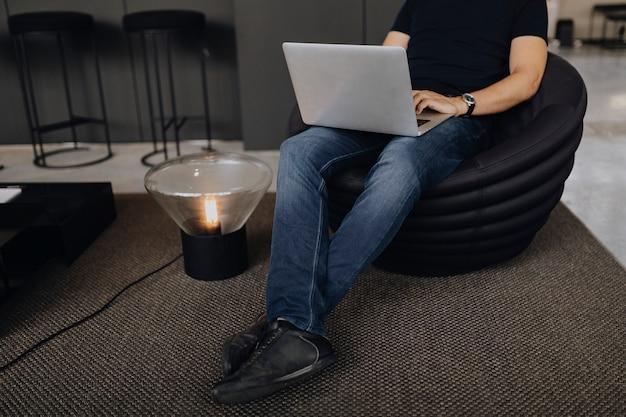 Mann, der an einem laptop arbeitet