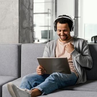 Mann, der an einem laptop in der firma arbeitet