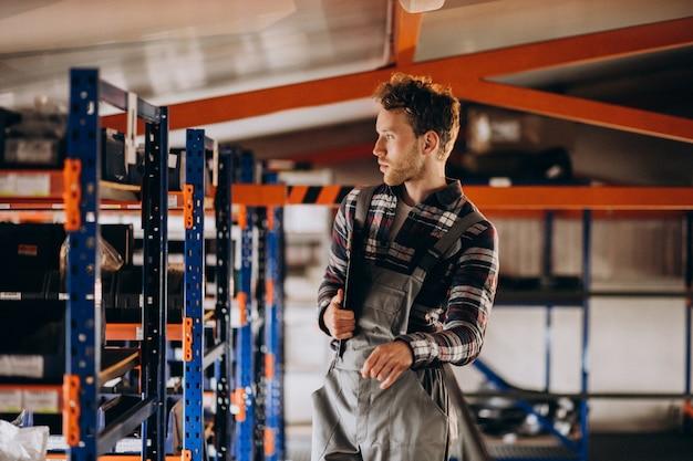 Mann, der an einer kartonfabrik arbeitet