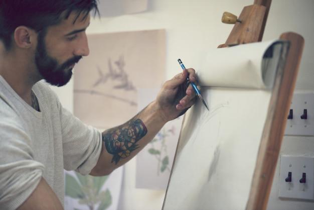 Mann, der an einer zeichnung arbeitet