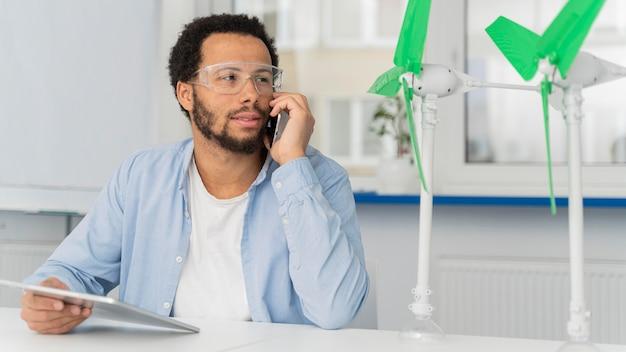 Mann, der an energieinnovationen in seinem büro arbeitet