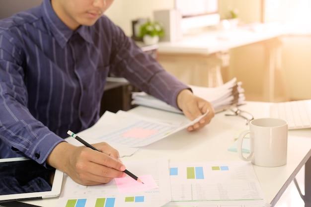 Mann, der an finanzdaten des tabellenkalkulationsdokuments, zugelassener wirtschaftsprüfer arbeitet.