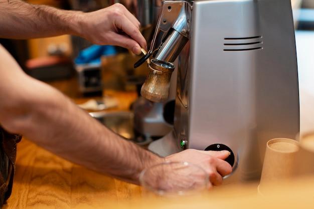 Mann, der an kaffeestube arbeitet