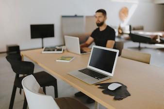 Mann, der an seinem Laptop arbeitet
