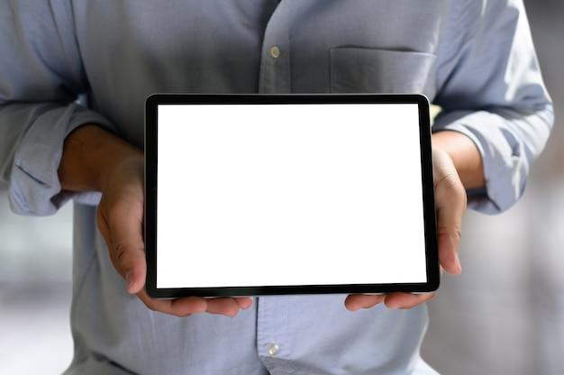 Mann, der an seinem laptop mit leerem kopienraum arbeitet laptop mit leerem bildschirm verspotten herauf computer des leeren bildschirms
