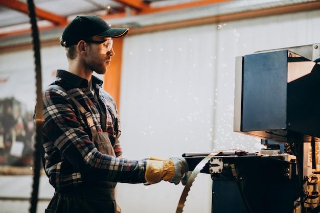 Mann, der an stahlfatory und ausrüstung für stahlproduktion arbeitet