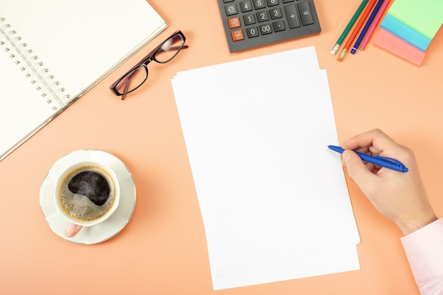 Mann, der an stilvollem tischschreibtisch, arbeitsbereich arbeitet. zwischenablage modell vorlage papierkram, finanzberichte, lebenslauf, brief, formular, vertrag.