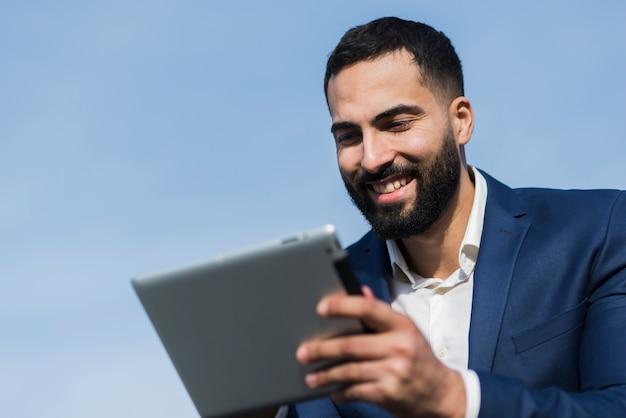 Mann, der an tablette arbeitet