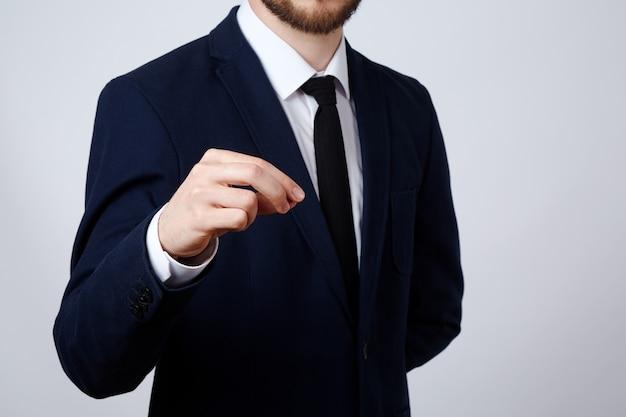 Mann, der anzug trägt, zeigt eine zeichenwand, geschäftskonzept, gesten, halten, verspotten.