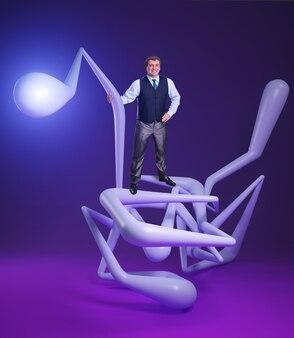 Mann, der auf blauen verschlungenen abstrakten linien auf lila steht standing